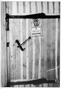 Door of  a disinfestation chamber functioning with hydrocyanic acid